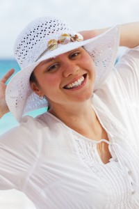 woman_with_a_hat_on_beach_204286